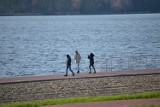 Sobota nad Jeziorem Sławskim. Nie brakuje chętnych na spacery nad wodą