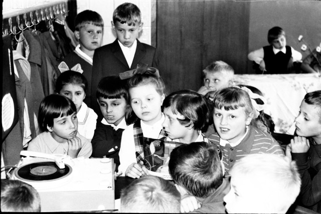 Zabawa przedszkolaków przy gramofonie