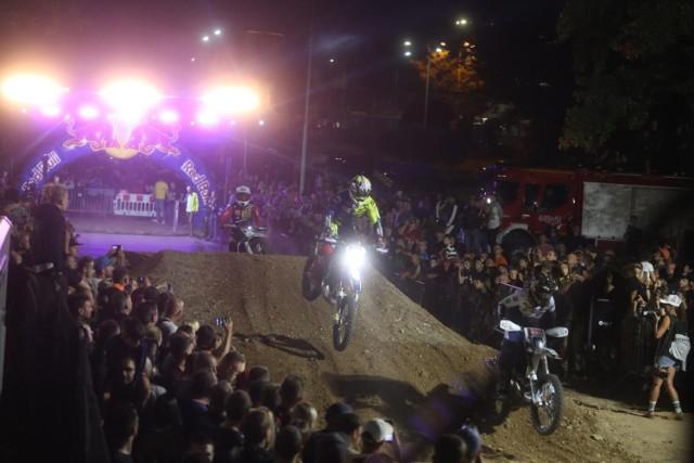 W Dąbrowie Górniczej rozegrano nocny wyścig SuperEnduro  Zobacz kolejne zdjęcia. Przesuwaj zdjęcia w prawo - naciśnij strzałkę lub przycisk NASTĘPNE