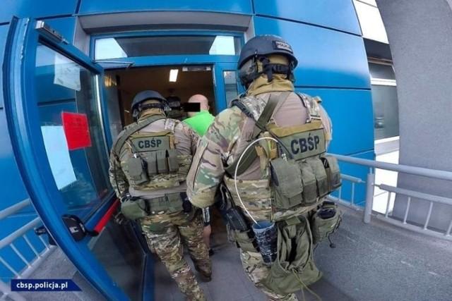 Funkcjonariusze Centralnego Biura Antykorupcyjnego oraz Żandarmerii Wojskowej zatrzymali siedem osób, w tym czynnego żołnierza Wojska Polskiego oraz żołnierza rezerwy