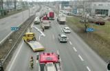 Groźny wypadek w Chorzowie na DTŚ. Stalowe przęsło spadło z naczepy na osobówkę
