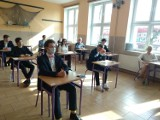 Matura w powiecie puckim (2021). W I Liceum Ogólnokształcącym w Pucku pierwszy dzień egzaminów. Maseczki, dezynfekcja, dystans... | FOT
