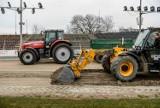 Powstaje nowy tor na stadionie żużlowym w Gdańsku. Uzupełniono go o 500 ton granitu i 20 ton glinki [ZDJĘCIA]