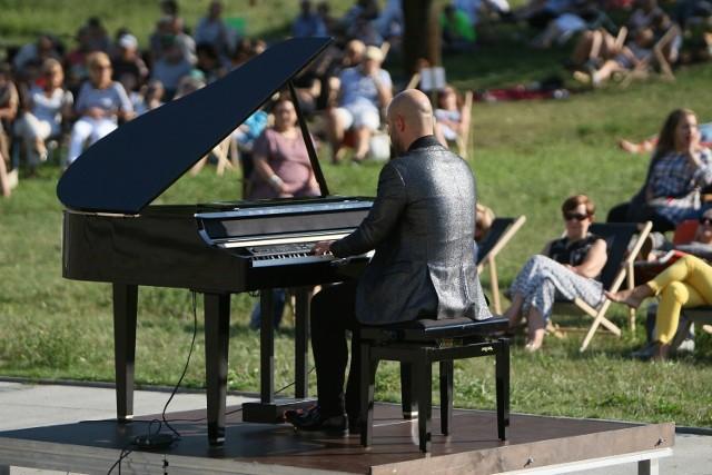 """Muzycy grają """"w plenerze"""" regularnie. Pikniki chopinowskie na błoniach przed filharmonią gromadziły w wakacje liczną publiczność."""