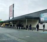 Długie kolejki przed sklepami i dyskontami w Chełmie. Zobacz zdjęcia