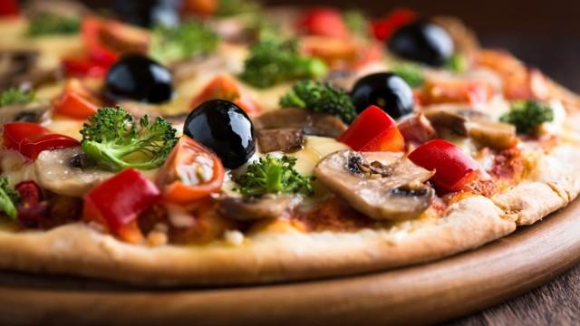 Pizza Podhalańska – sos pomidorowy, mozzarella, ser wędzony, świeża papryka, ogórek konserwowy, boczek   Cena: 22 zł (9 lutego rabat 20% na wszystkie pizze poza festiwalową)