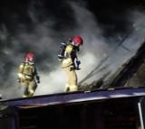 Ostrowite, gm. Pszczółki. Nocny pożar budynku - cały dach w ogniu! Straty oszacowano na 100 tys. zł! |ZDJĘCIA