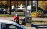 Policjanci pojechali z niepełnosprawną na stację benzynową napompować kółka w wózku