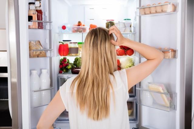 Co zrobić aby jedzenie się nie psuło? Pierwszą myślą jest wsadzenie go do lodówki. W niektórych przypadkach jest to wielki błąd - produkty mogą stracić swój smak i właściwości zdrowotne. Sprawdź i zapamiętaj, czego nie wkładać do lodówki!