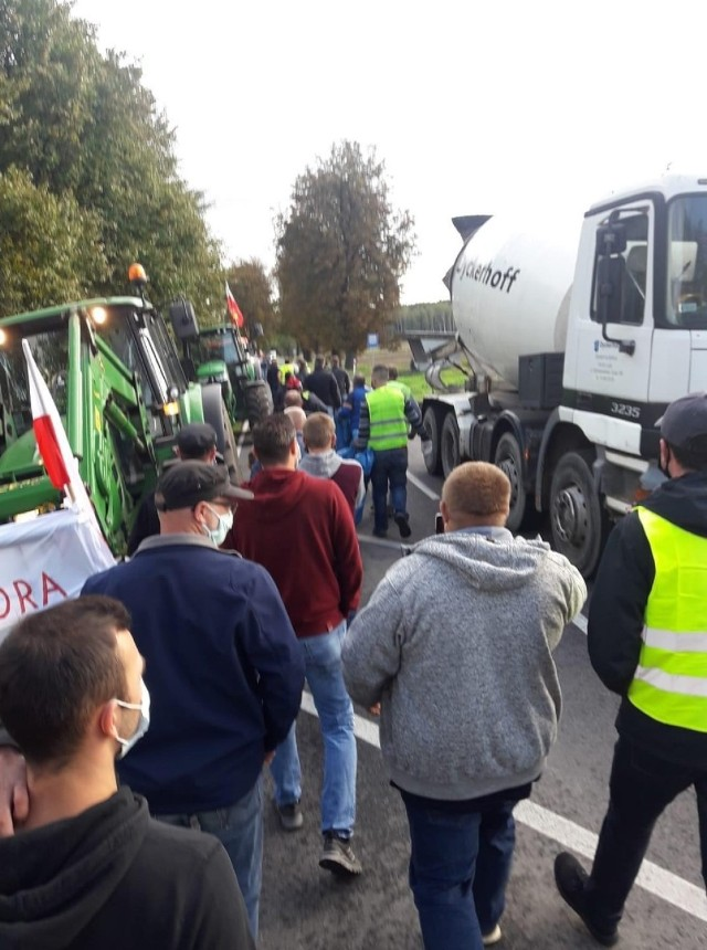 """Międzychodzcy rolnicy protestują przeciwko """"Piątce dla zwierząt"""" - blokują przejazd drogą krajową nr 24 (7.10.2020)."""