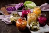 Naturalne probiotyki – 10 produktów, które hamują stan zapalny. To nie tylko ogórki kiszone i zakwas, ale też kimchi i kombucha