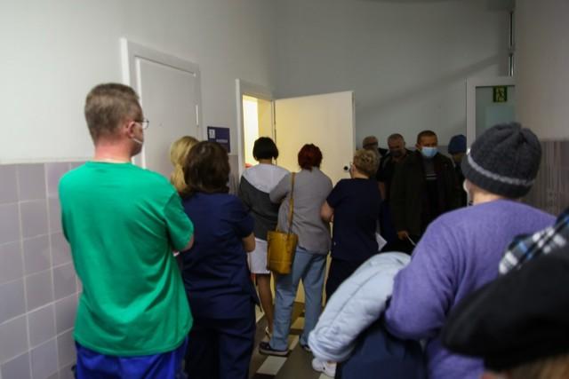W piątek tłumy szturmowały przychodnie próbując zapisać się na szczepienie