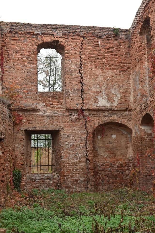 W jednym miejscu mur Zamku Piastowskiego się przechyla, w drugim jest potężne pęknięcie. Całość nie wygląda stabilnie.