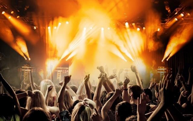 Na początku lata zaczęło się mnóstwo imprez kulturalnych dla mieszkańców stolicy Wielkopolski. Duża część z nich trwa dotąd, te, które się zakończyły, zastąpiły kolejne. Przypominamy na, co warto zaplanować sobie czas wolny podług własnych zainteresowań – przygotowaliśmy propozycje zarówno dla kinomaniaków, jak i bywalców festiwali, koncertów, a nawet pasjonatów tańca.  Zobacz wydarzenia kulturalne w Poznaniu --->