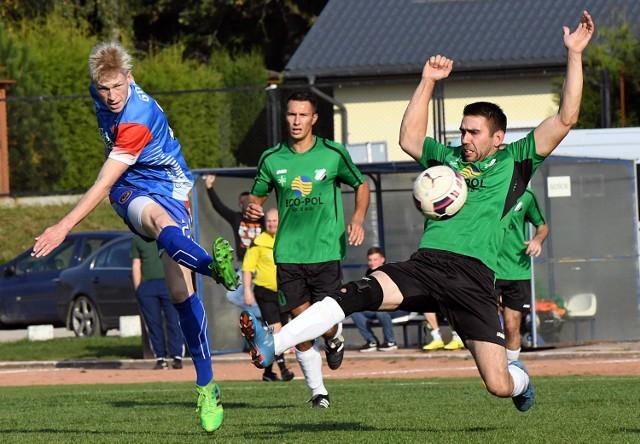 Kamil Adamski (na niebiesko) stwarzał sporo zagrożenia pod bramką Startu.