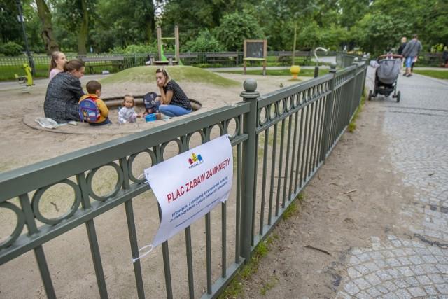 W ciągu tygodnia miejskie place zabaw maja być już dostępne dla mieszkańców - najpierw trzeba je wszystkie zdezynfekować.
