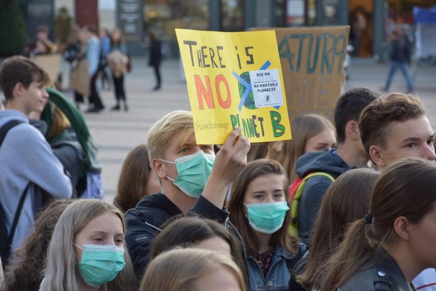 Szkoły w epidemii mają wietrzyć sale. W smogu też? W Rybniku zalecenie MEN wydaje się absurdalne