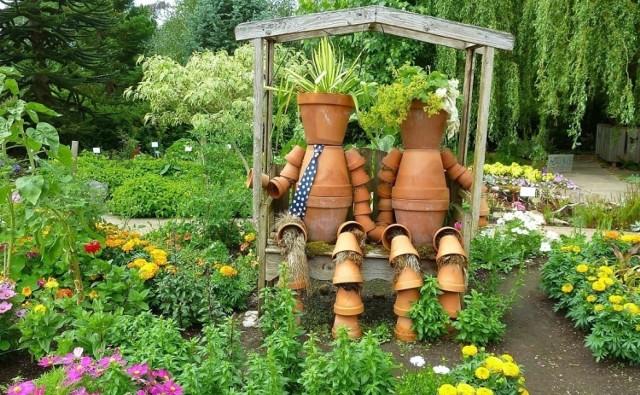 Dekoracje ogrodowe mogą mieć przeróżny charakter i być zrobione z różnych materiałów. Od rzeźb z krzewów, przez fantazyjne kwietniki i doniczki, po różne figurki i rzeźby, z klasycznym krasnalem ogrodowym włącznie.  W ich wyborze ważne są dwie rzeczy: po pierwsze – mają się nam podobać. Po drugie – ich styl i charakter powinien pasować do naszego ogrodu. Warto też zadbać o to, żeby były bezpieczne, szczególnie jeśli w ogrodzie bawią się dzieci, które miewają różne pomysły.