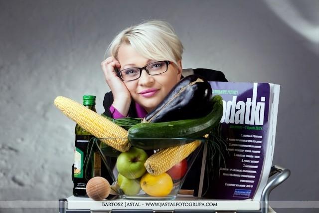 """Maria Ożga prowadzi w Tarnowskich Górach biuro rachunkowe i lubi gotować. Teraz możemy ją zobaczyć w stacji TVN. - Na ten program czekałam 5 lat - mówi pani Maria, która już w niedzielę, 16 września, wystąpi w kolejnym etapie """"Master Chef"""", programie, który ma wyłonić najlepszych kucharzy w Polsce. - Strasznie długo wahałam się, czy w ogóle pojechać na casting, przed występem chciałam nawet uciekać, ale nie żałuję. Poznałam wielu wspaniałych ludzi zafascynowanych gotowaniem - zdradza tarnogórzanka. Maria Ożga przygotowała dla jury żur, karminadle z królika i kompot z wieprzków, czyli agrestu."""