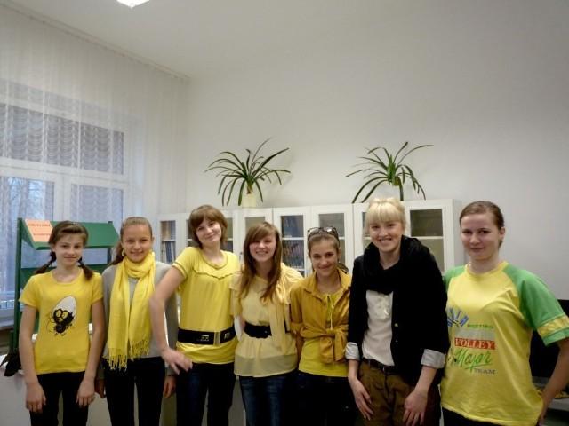 Sprzęt odebrała między innymi Anna Janoszek z Urzędu Gminy w Koszarawie. Na zdjęciu razem z czytelnikami