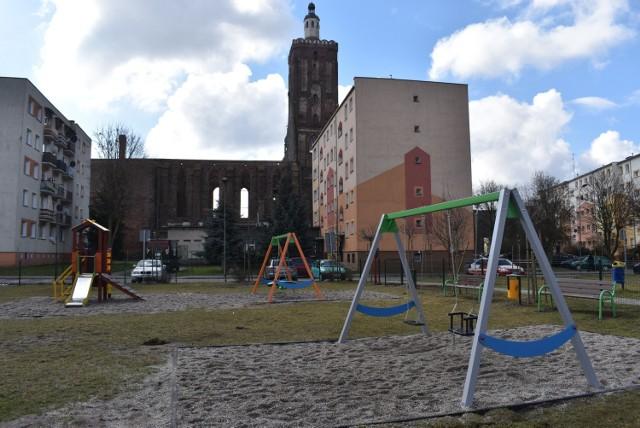 Plac zabaw przy ulicy Konopnickiej został odnowiony i osiedle pięknieje. Zostało jednak sporo do zrobienia.