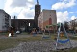 Plac zabaw przy ulicy Konopnickiej w Gubinie został zmodernizowany i ogrodzony. Duże osiedle pięknieje, ale jest jeszcze sporo do zrobienia