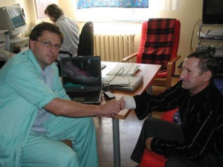 Bez problemu ruszam już palcami – mówi Wiesław Filipiak. – Doktor Paweł Zejler uratował mi rękę.