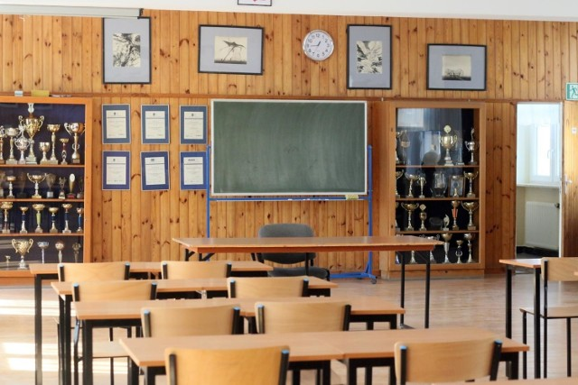 Nauka zdalna początkowo została wprowadzona jedynie dla szkół średnich. W z związku z wciąż wzrastająca liczbą zakażeń w kraju, zamknięto również starsze klasy szkół podstawowych, a następnie klasy I-III w podstawówkach. Obecnie otwarte pozostają tylko przedszkola i żłobki. Kiedy uczniowie wrócą do szkół? Być może nauka zdalna potrwa nawet do 2021 roku.