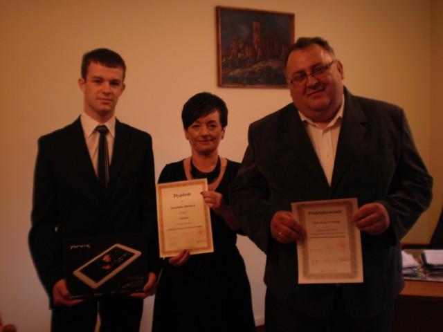 Zwycięzca w towarzystwie dyrekcji ZSTE w Kaliszu