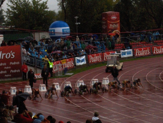 Przed biegiem na 100 m mężczyzn. | Fot. Przemek Trubalski.