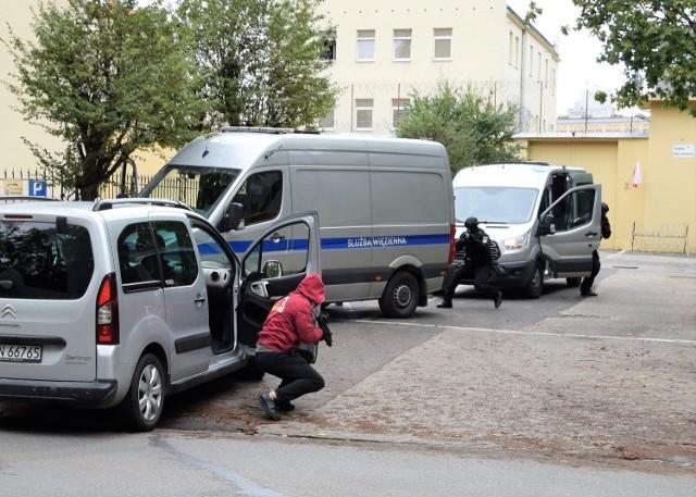 Dziś, 4 października, około godz. 11.30, drogę wyjeżdżającemu z zakładu karnego w Inowrocławiu konwojowi zajechał prywatny samochód. Chwilę później jego kierowca i pasażer zaczęli strzelać z broni maszynowej do pojazdów Służby Więziennej. Strażnicy odpowiedzieli ogniem. Ostatecznie bandyci poddali się. Zostali skuci w kajdanki i oddani w ręce policji. Akcja ta, wzięta wprost z planu sensacyjnego filmu, była elementem ćwiczeń, jakie odbywały się w inowrocławskim więzieniu.