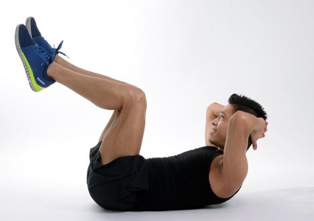 Brzuszki to najbardziej popularne ćwiczenia na płaski brzuch.