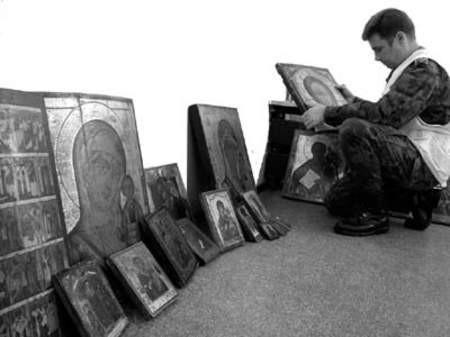 48 dzieł sztuki nie wyjechało z Polski dzięki wspólnej akcji celników i straży granicznej. Fot. Wojciech Trzcionka