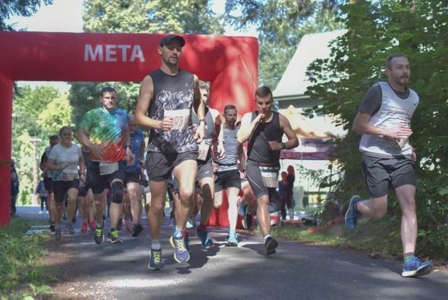 """- Takich biegów się nie zapomina - podkreślali z uśmiechem biegacze po zawodach w Miradzu. Na mecie czekała na nich ciepła strawa oraz pamiątkowe książeczki """"O czym szumi las...""""."""