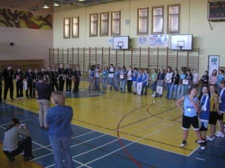 Koszykarki po zakończeniu finału dostały puchary i dyplomy. FOT. MATEUSZ WĘSIERSKI