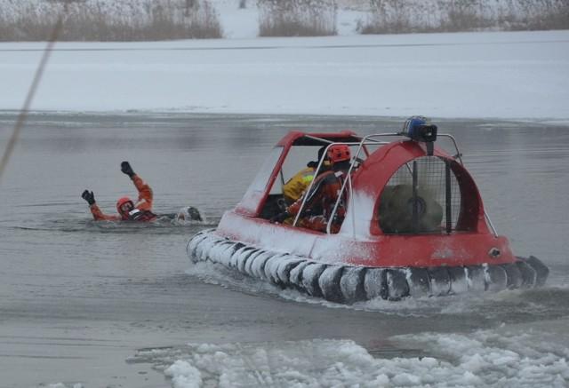 Pod człowiekiem załamał się lód na Bugaju w Piotrkowie. Ćwiczenia straży pożarnej na lodzie [ZDJĘCIA]