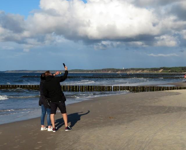 Lato dobiega już końca, co potwierdza także panująca od dobrych dwóch tygodni pogoda. Zbliżająca się jesień nie odstrasza jednak niedzielnych spacerowiczów w Ustce. Bałtyk jest piękny przez cały rok, a ruch na świeżym powietrzu - zdrowy o każdej porze roku. Zobaczcie zdjęcia!