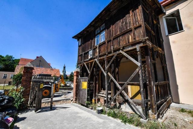 W Starym Fordonie wciąż mnóstwo jest architektonicznych perełek, które czekają tylko na odrestaurowanie, jak choćby pokazana na zdjęciu kuczka na ul. Kapeluszników. Wszystko to znaki trójkulturowej historii dawnego nadwiślańskiego miasteczka