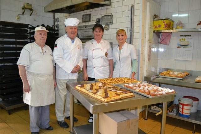 Jan Klimek wraz z zespołem w cukierni w Chełmie Śląskim