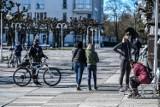 Większość Polaków uważa, że zarabia za mało. Zamiast benefitów wybiera pieniądze