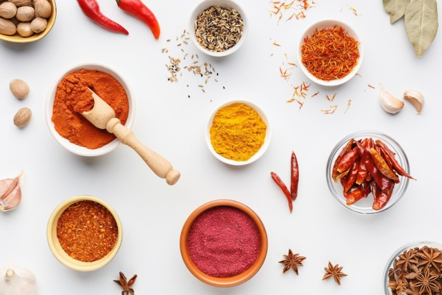 Popularne przyprawy, które zna i prawdopodobnie ma w kuchni każdy z nas, to nie tylko dodatek smakowy!   Naturalne produkty stosowane w charakterze przypraw stanowią źródło związków wywierających korzystny wpływ na organizm, co potwierdzono wielokrotnie w badaniach naukowych.   Sprawdź 10 naturalnych przypraw do potraw, które należą do najzdrowszych i dowiedz się, dlaczego warto sięgać po nie każdego dnia!   Zobacz kolejne slajdy, przesuwając zdjęcia w prawo, naciśnij strzałkę lub przycisk NASTĘPNE.