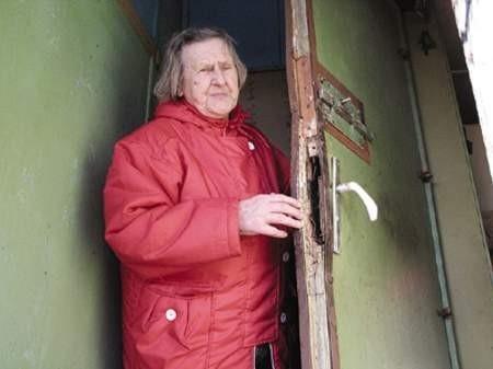 Krystyna Kasperczyk pokazuje wyłamane drzwi do swojej ogrodowej altanki.