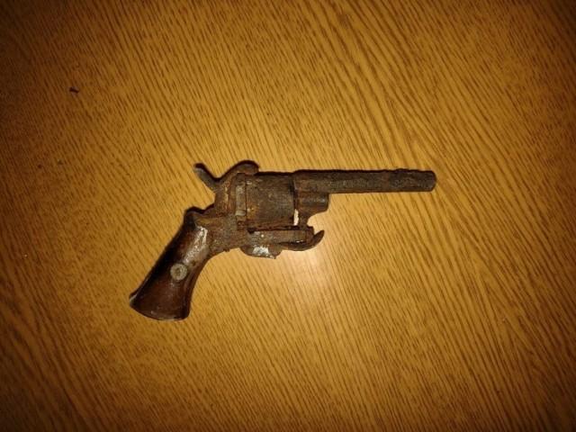 Rewolwer znaleziony w skrytce przy ul. Browarnej w Toruniu to francuski Lefaucheux model 1858