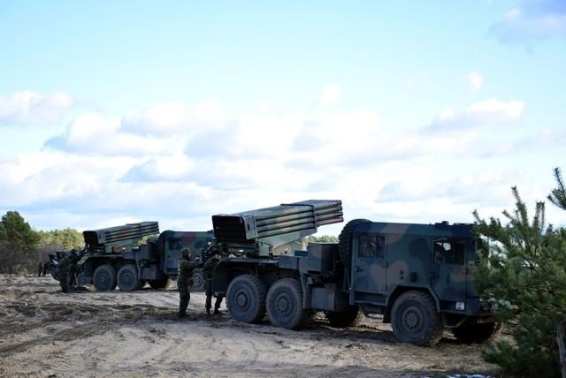 """Planujesz podróż drogą S3? Uważaj! Na trasie pojawi się ciężki sprzęt wojskowy. Kiedy?  Czerwcowy sprawdzian szkoleniowy Czarnej Dywizji, jakim jest ćwiczenie taktyczne z wojskami DRAGON-19 rozpocznie się za kilka tygodni. W związku z tym, od początku maja na drogach zachodniej części Polski trwa wzmożony ruch sprzętu wojskowego, przemieszczającego się w rejony przyszłych ćwiczeń.  W piątek, 17 maja, w kierunku drawskiego poligonu przemieszczać się będą wyrzutnie rakiet WR-40 Langusta z 23. Śląskiego Pułku Artylerii. Kolumna kilkudziesięciu ciężkich pojazdów wojskowych czasowo zatrzyma się na MOP-ie """"Kępsko Wschód"""" przy drodze ekspresowej S3.  Zobacz też: Zwiększone siły na lubuskich drogach. Bezpieczeństwo najważniejsze"""