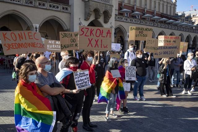 Protest na Rynku przeciwko działaniom kurator oświaty Barbary Nowak