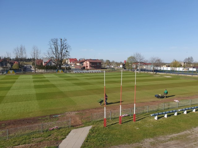 Na zdjęciach boisko w Królewskiej Woli, w Międzyborzu - płyta główna oraz boisko boczne w przygotowaniu