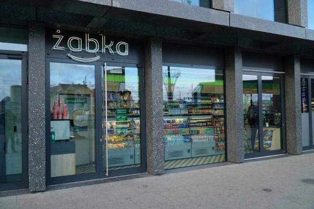 Czy to będzie rewolucja w polskim handlu. Żabka przygotowuje się do otwarcia sklepów, w których nie będzie ani jednego pracownika. Wejście do placówki, kupno produktów będzie odbywało się za pomocą specjalnej aplikacji Żappka.  Pierwszy taki sklep już działa na terenie targów poznańskich. Na razie w formie testów. Czy to przyszłość handlu? Jak będą wyglądały zakupy w sklepach Żabka bez udziału pracowników?   Czytaj dalej. Przesuwaj zdjęcia w prawo - naciśnij strzałkę lub przycisk NASTĘPNE