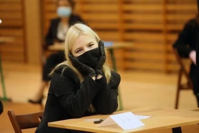 Szkoła Podstawowa nr 44 w Łodzi wypadła najlepiej na egzaminie ósmoklasisty 2021 – biorąc pod uwagę placówki publiczne, podlegające łódzkiemu magistratowi. Obowiązkowe testy na koniec podstawówek ich najnowsi absolwenci zdawali w maju – wyniki decydują o sukcesie w naborze do wybranych liceów, techników i branżówek. Te w czwartek (22 lipca) ogłaszają listy zakwalifikowanych.   >>> Przy kolejnych ilustracjach zestawienia z polskiego, matematyki i angielskiego >>>