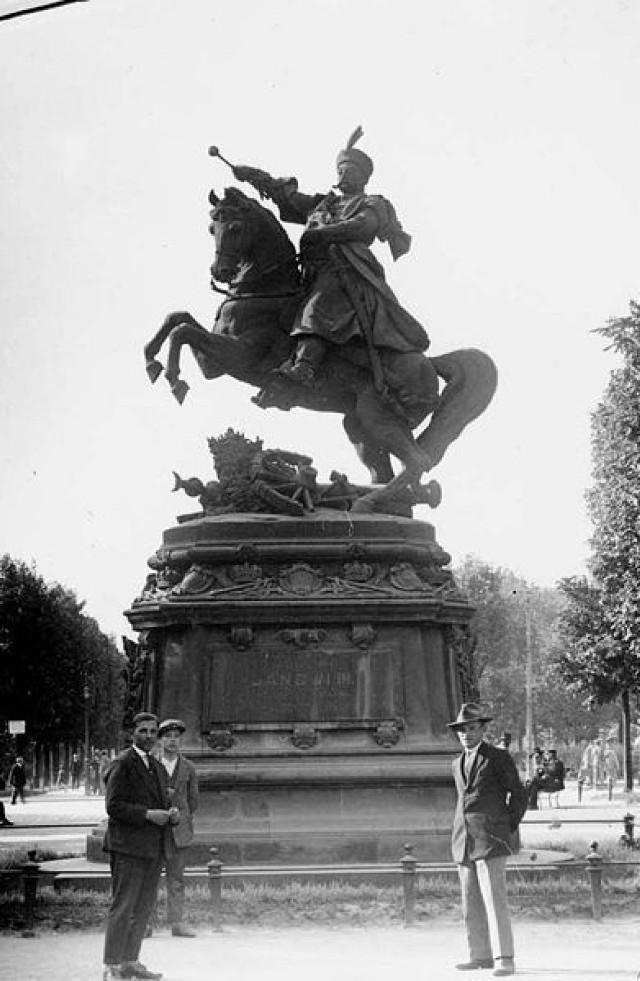 Pomnik Jana III Sobieskeigo, Lwów 1900 r.  Fot.  la_Jana_III_Sobieskiego_w_Gdańsku#mediaviewer/Plik:Monument_to_Jan_III_Sobieski_in_Lviv.jpg