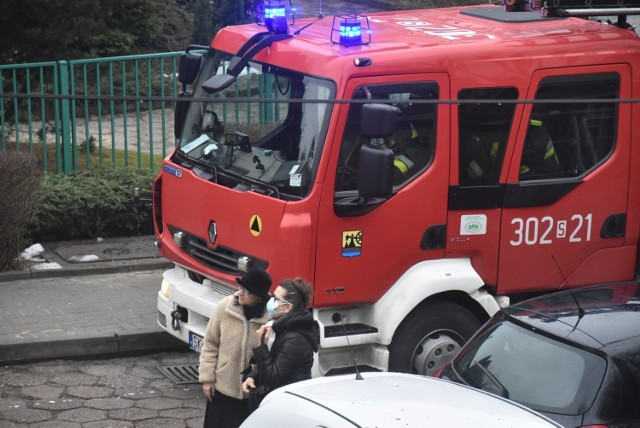 Interwencja straży pożarnej przy ul. bp. Teodora Kubiny w Katowicach  Zobacz kolejne zdjęcia. Przesuwaj zdjęcia w prawo - naciśnij strzałkę lub przycisk NASTĘPNE